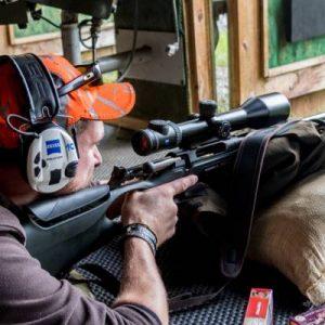 Persona practicando tiro con rifle
