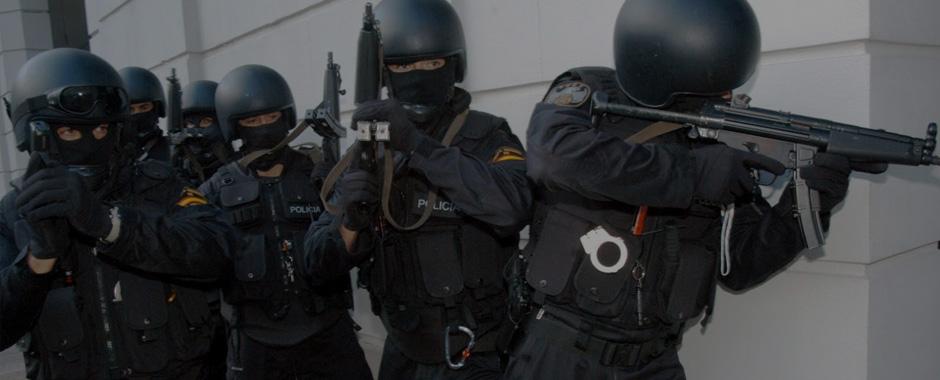 Policias en una intervención policial equipados con material policial