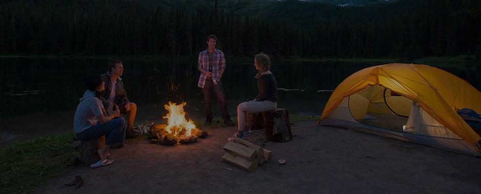 Imagen de una familia de acampada disfrutando del tiempo libre